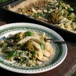 Pieczona kapusta, cebula i kalafior zielony z kuskusem i orzeszkami pini