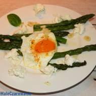Smażone szparagi z jajem sadzonym i mozzarellą