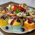 Jogurtowe babeczki z owocami i czekoladą