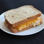Amerykańska Tuna Melt, czyli kanapka z sałatką z tuńczyka i roztopionym cheddarem