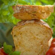 Chleb sezonowy z pomidorami i bazylią