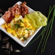 Pomysł na śniadanie – jajecznica, boczek
