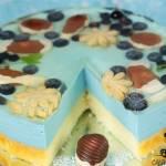 Niebieski sernik z czekoladowymi muszelkami