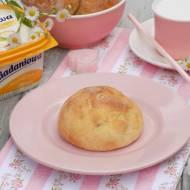 Śniadaniowe bułeczki na kefirze z rodzynkami.