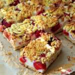 Kruche ciasto pszenno – owsiane z truskawkami i budyniową pianką
