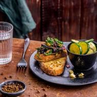 Grzanka z serem cheddar z mangoldem i cukinią