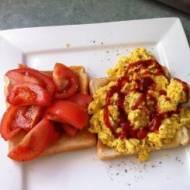 Pomysł na śniadanie – jajecznica z ketchupem