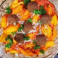 Zapiekany makaron z sosem pomidorowym i klopsikami