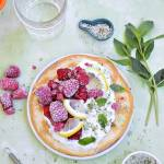Omlet biszkoptowy z patelni z malinami