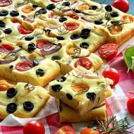 Focaccia z oliwkami, pomidorkami i rozmarynem