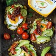 Śniadaniowe  cukiniowe placki z jajkiem i warzywami