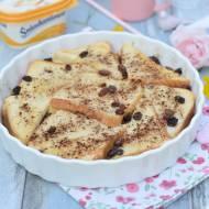 Śniadaniowy pudding chlebowy z cynamonem i rodzynkami.
