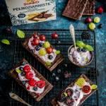 Pieczywo w czekoladzie z jagodowym serkiem i leśnymi owocami