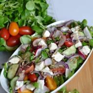 Sałatka na bazie rukoli i roszponki ze świeżymi warzywami