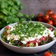 Pomidorowa sałatka z fetą i czosnkowym sosem