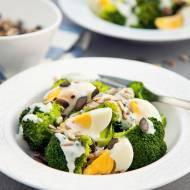 Sałatka brokułowa na ciepło. Mamy pomysł na lekki i sycący obiad. PRZEPIS