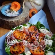 Sałatka z grillowanymi morelami i mozzarellą na włoską nutę