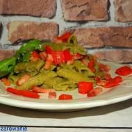Penne szpinakowe z kremowym sosem z cukinii, bakłażana i awokado z papryką