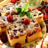 Puszyste ciasto z czereśniami