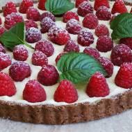 Tarta z malinami i kremem z białej czekolady