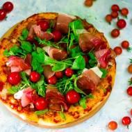 Pizza z szynką parmeńską i rukolą.