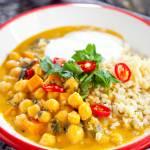 Wegańskie curry z ciecierzycą i szpinakiem, które zrobisz w 15 minut. PRZEPIS