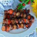 Kiełbasiane szaszłyki z pomidorem i pieczarką