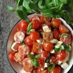 Sałatka z pomidorkami koktajlowymi i fetą