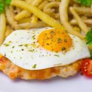Kotlety drobiowe z serem i jajkiem sadzonym