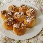 Bułeczki cynamonowe z migdałami i orzechami