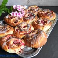 Bułki drożdżowe z serem, czerwoną porzeczką i wiśniami