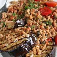 Grillowany bakłażan z mięsem mielonym, pomidorem i pieczarkami