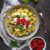 Sałatka z ciecierzycą, ziemniakami i czerwoną porzeczką