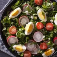 Sałatka z jajkiem pomidorkami i rzodkiewką