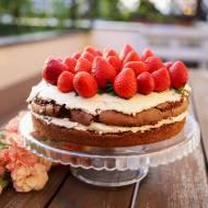 Pyszny tort czekoladowy z owocami