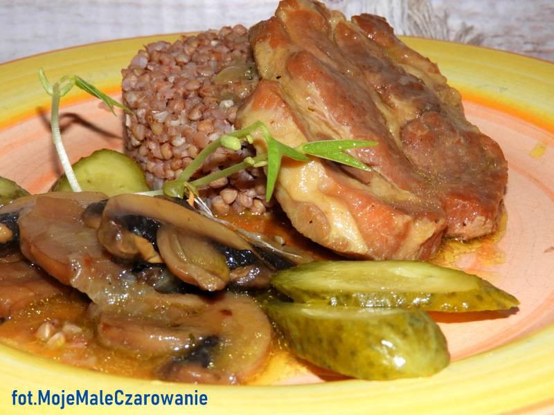 Pieczeń wieprzowa z pieczarkami i kaszą