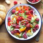 Sałatka z kolorowych pomidorów i malin.