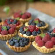 Babeczki z kremem waniliowym i owocami