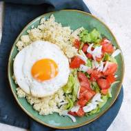 Kasza jaglana z jajkiem sadzonym i sałatką