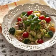 Makaron z kurczakiem, fasolą i brokułami