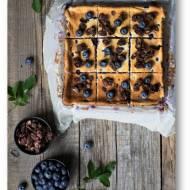 Puszysty sernik z borówkami pieczony na bezglutenowym spodzie z płatków kukurydzianych i czekolady