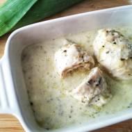 Roladki z kurczaka z porem i cebulą w sosie serowym