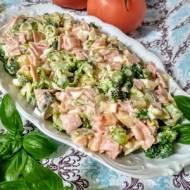Sałatka z brokułem i szynką.