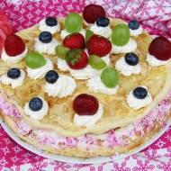 Tort sernikowy z bezą i owocami