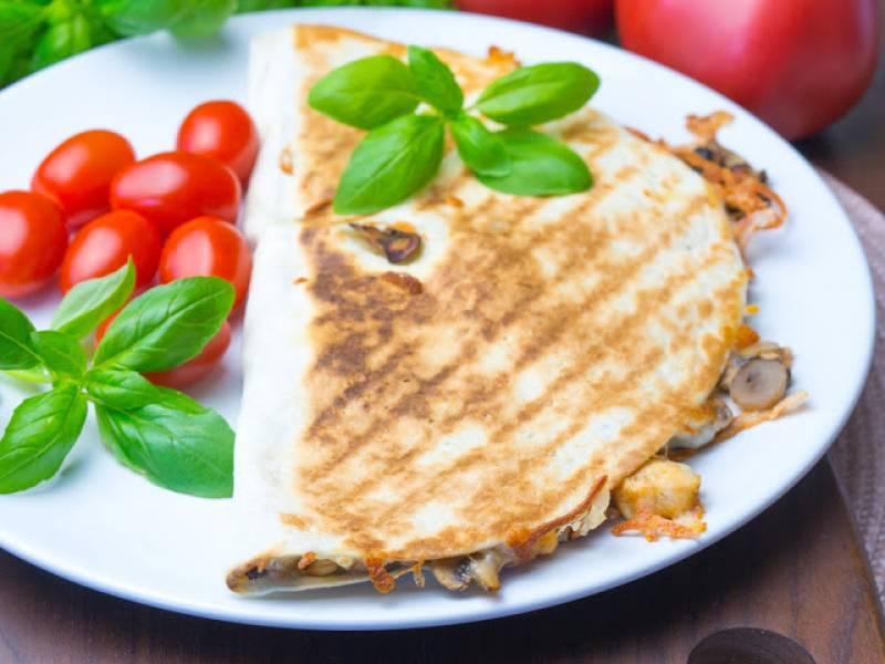Tortilla z serem, kurczakiem i pieczarkami
