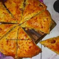 Scones z kiełbasą i serem