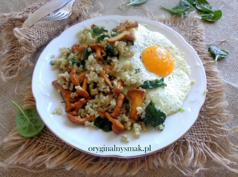 Kasza jęczmienna z kurkami, szpinakiem i jajkiem sadzonym