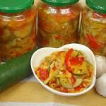 Pyszna sałatka z cukinii na zimę z pomidorami i papryką