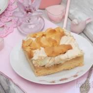 Kruche ciasto z jabłkami i budyniową pianką.