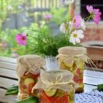 Ogórkowe pikle z cebulą i papryką
